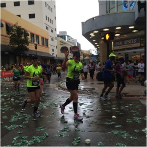 Iraida Guedes orgullosamente saluda a su familia mientras corre el Maraton.