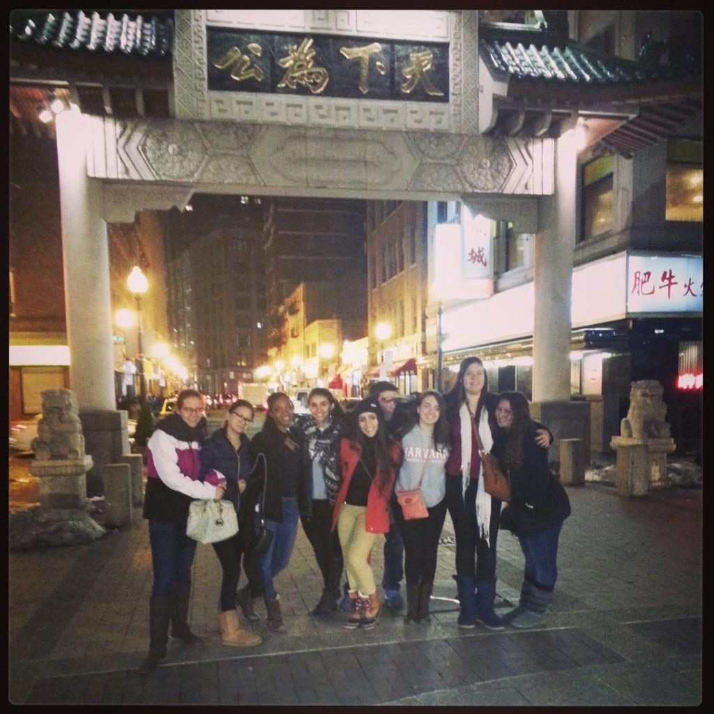 Paula Burkhart, Jessie Wang, Alyah Symes, Maya Iskanderani, Maria Victoria Paredes, Elliot Kutmus, Daisy Vasquez, Rebecca Landsea, y Maria Estrada disfrutan de Chinatown.