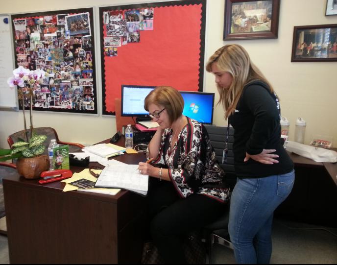La Sra. Suarez ocupada trabajando con Patricia Passwaters.