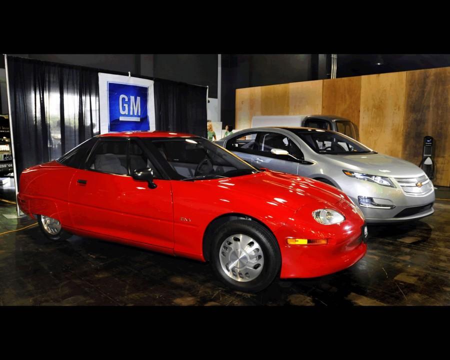 The 1998 General Motors EV1 alongside the fairly recent Chevy Volt