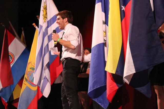 Alejandro Arzola, estudiante de onceno grado, presenta los diferentes paises.