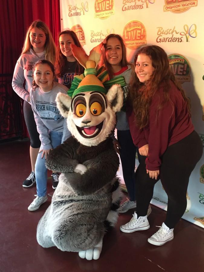 Estudiantes de onceavo grado disfrutan un día en Busch Gardens