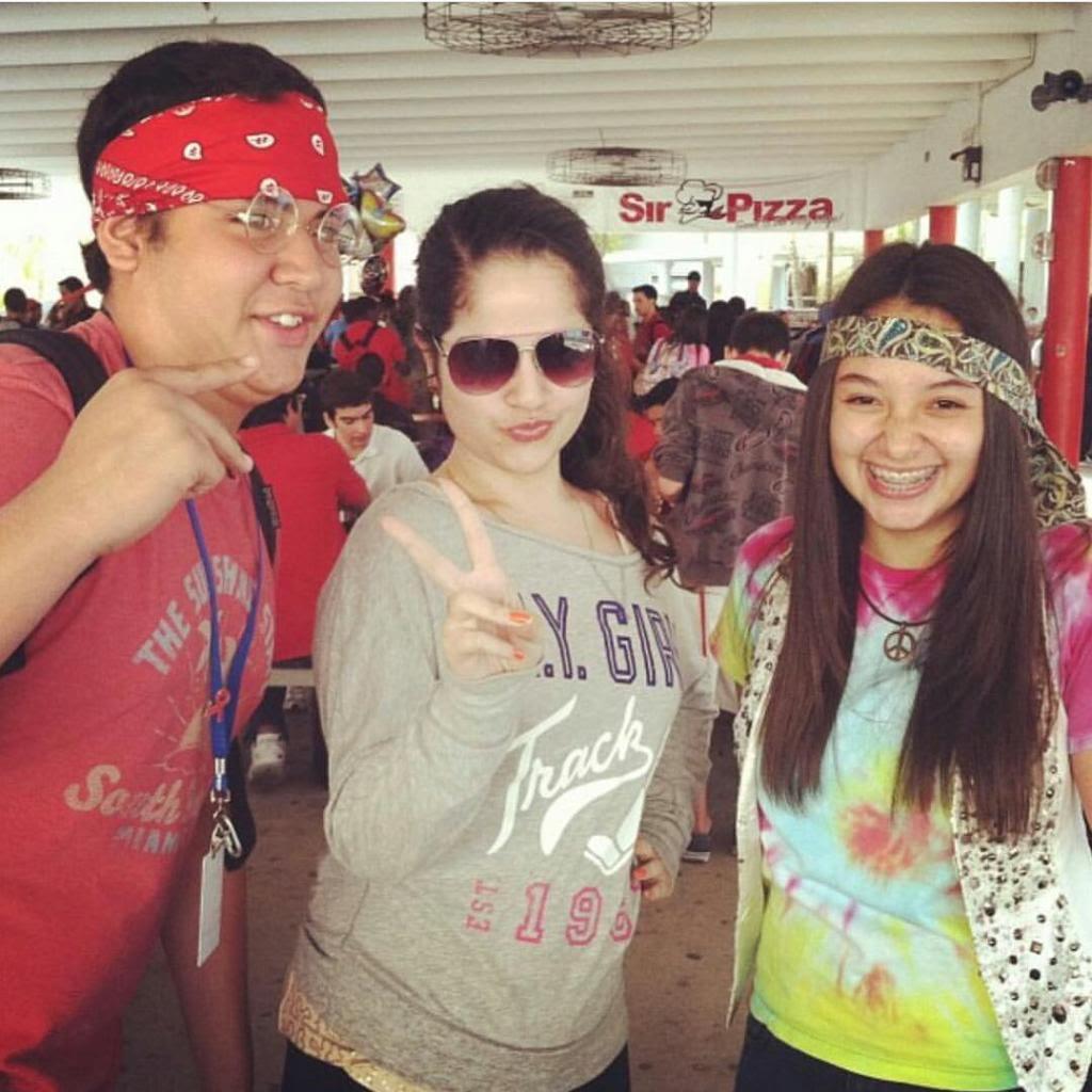 Tres amigos luciendo sus disfrases