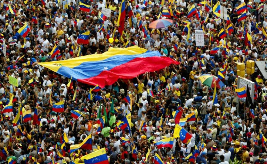 The+people+of+Venezuela+cheering+after+the+opposition+party+won+the+elections.+
