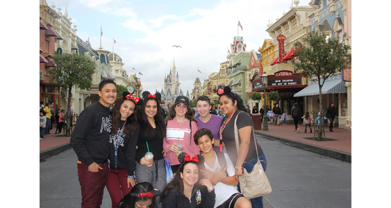 Los estudiantes de noveno grado posan en la calle principal de Magic Kingdom.