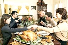 En acción de gracias se reúnen en torno a una mesa familiares y amigos a compartir un banquete celebrando el día.