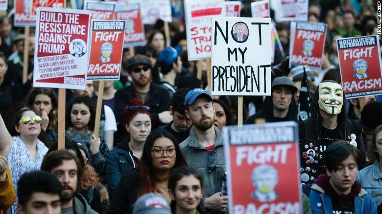 Manifestantes en Oregon protestan en contra de Trump.