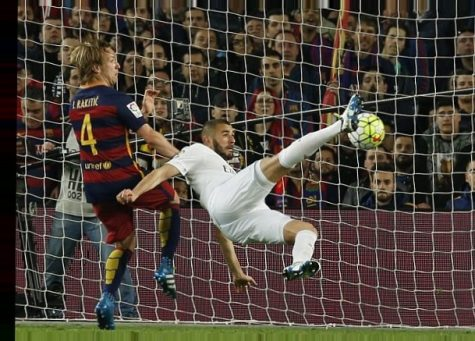 Benzema attempts to strike the ball in. However, his bicycle kick doesn't go in.