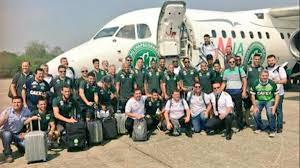 El equipo de fútbol del Chapecoense posa frente al avión que cayó antes de aterrizar en Medellín.