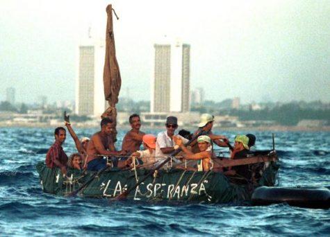 Un grupo de cubanos  en un bote arriban a las costas de los Estados Unidos mientras Cuba presenta problemas económicos y políticos que provocan que los cubanos se lancen al océano en busca de esperanza.