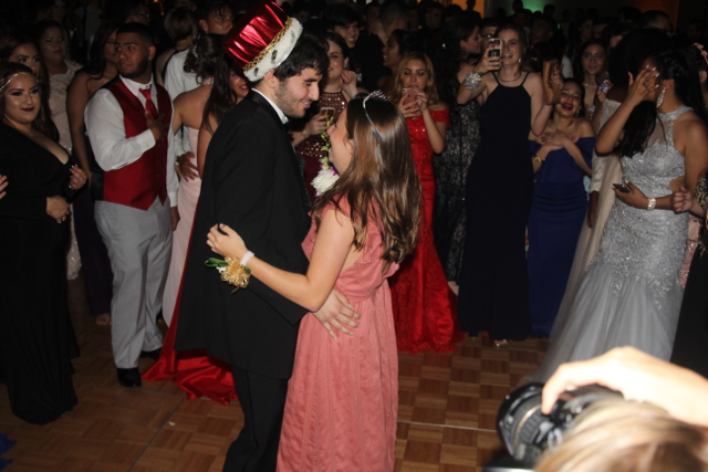 Jake+Paz+and+Annie+Farrell+doing+the+traditional+Prom+King+and+Queen+slow+dance