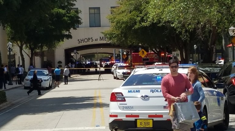 Cierran las calles, las tiendas y restaurantes del centro comercial tras los disparos en el gimnasio Equinox del Merrick Park que ha dejado a dos personas sin vida.