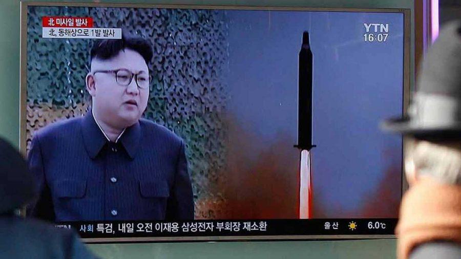 Presidente de Korea del Norte lanza misiles al mar de Japón.