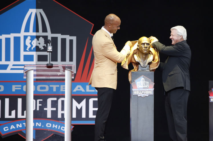 Golden Glory! Jason Taylor unveils his statue during the 2017 enshrinement ceremony.