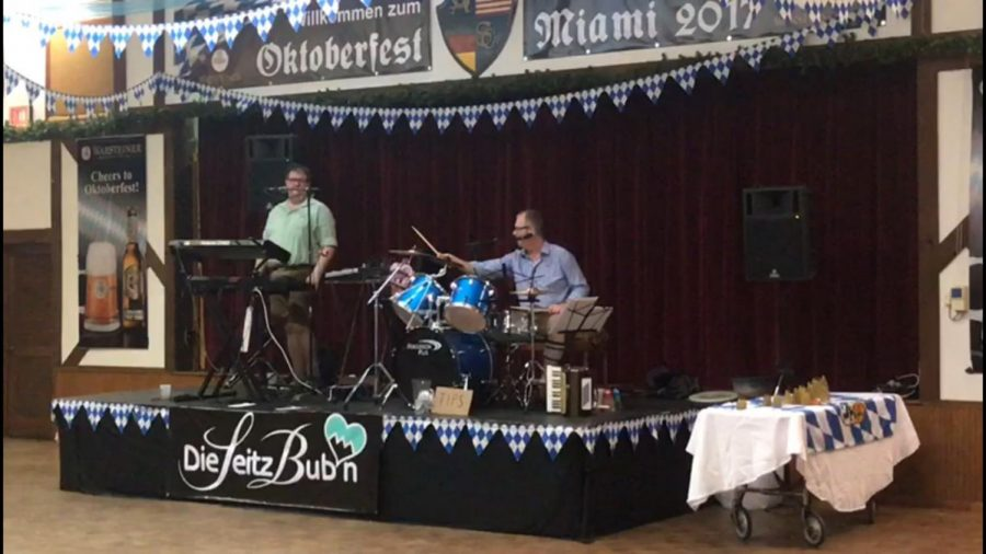 A+live+band+from+Germany+performing+at+Oktoberfest.