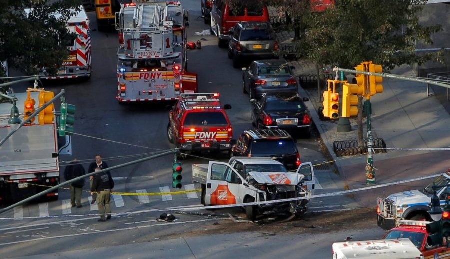 Equipos de emergencia asisten a la escena de un incidente alegado en West Street, en Manhattan, Nueva York, Estados Unidos, 31 de octubre de 2017.