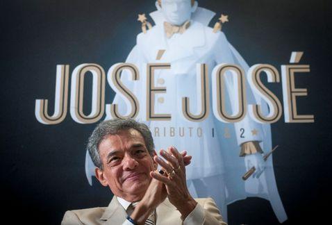 Foto de José José aplaudiendo