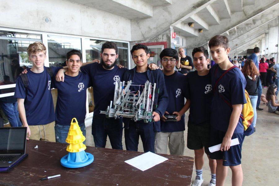 El club de ingeniería mostrando orgullosos su creación mientras sonrien para una foto.