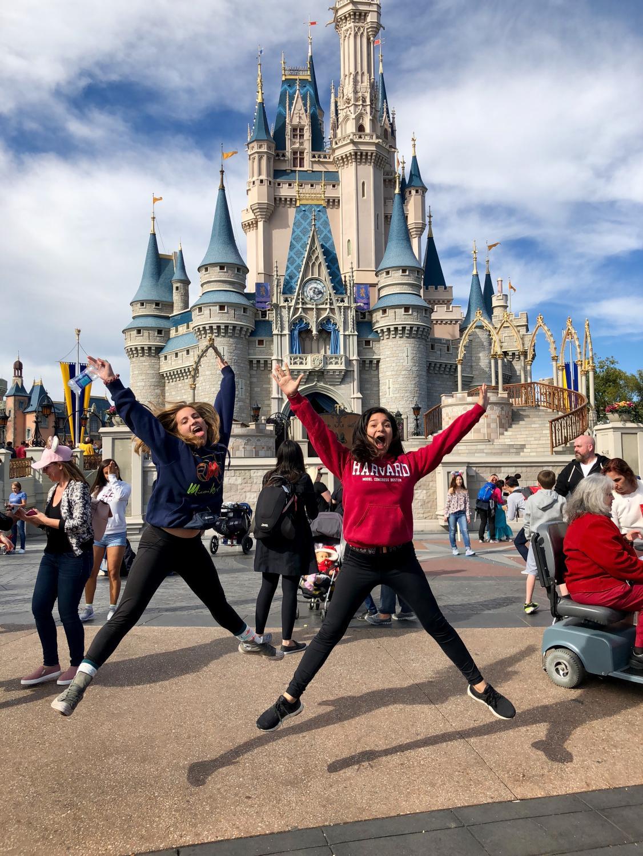 Disfrutando de las magia de Disney, en GradBash,senior Ximena Puig y Grace Sedaghatpisheh posando muy alegres frente al Castillo de Cenicientas, demostrando así que la magia existe, está en la familia y amigos.