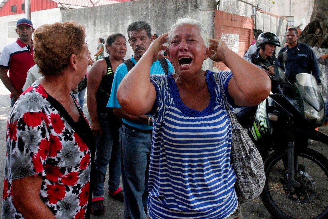 Madre de unos de los dagnificados de el incendio en la cárcel venezolana, llora exhaustivamente por el triste final que tuvo la vida de su hijo.