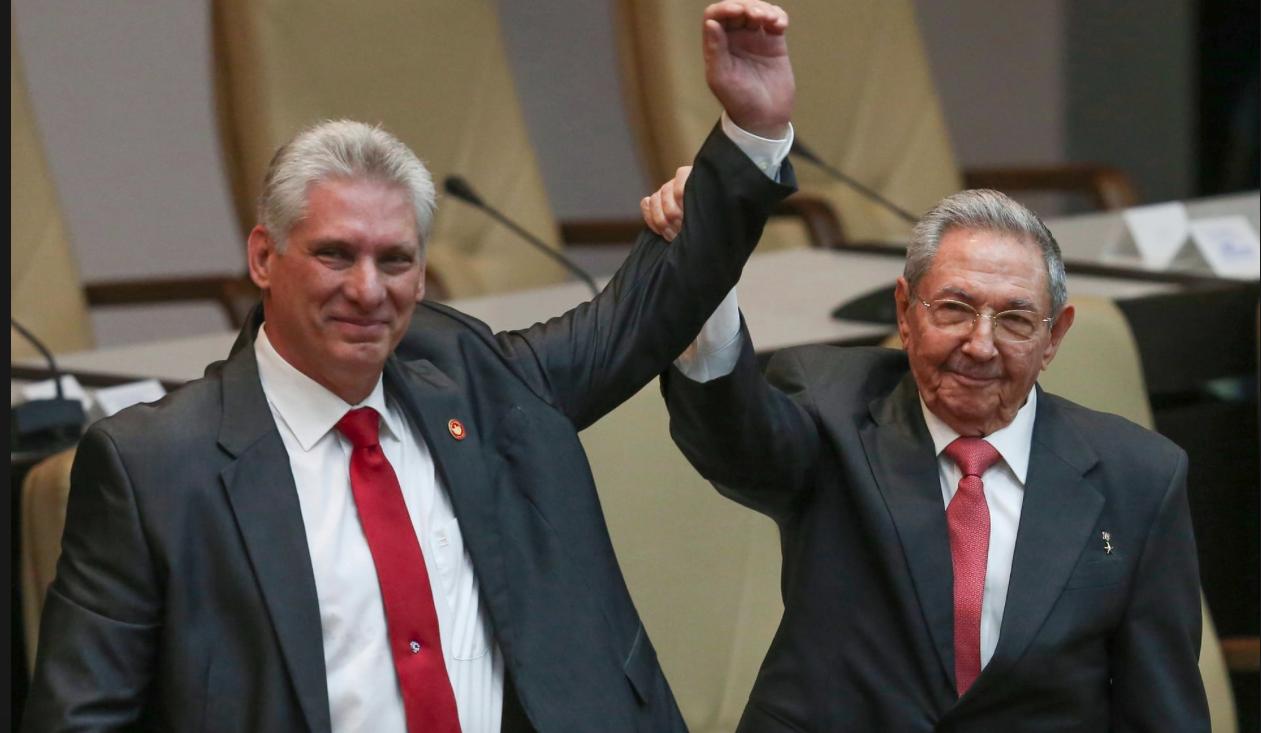 Miguel Díaz-Canela con Raul Castro, en su toma del poder.