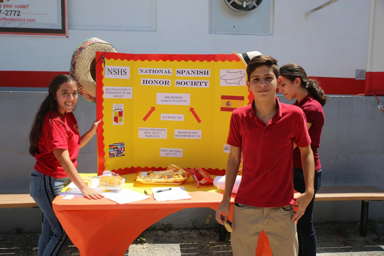 Spanish+National+Honor+Society+%28SNHS%29+promueve+su+club+y+la+hispanidad+durante+la+feria+de+clubs.