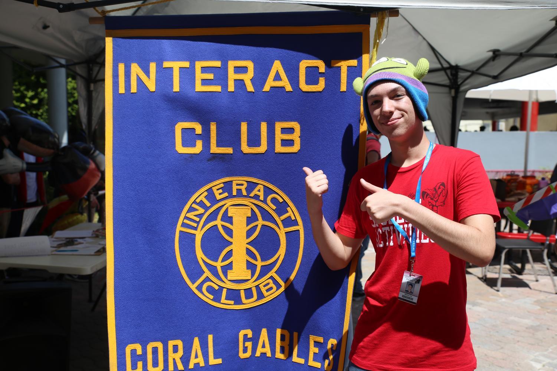 Interact+atrae+a+nuevos+miembros+con+una+enorme+bandera.