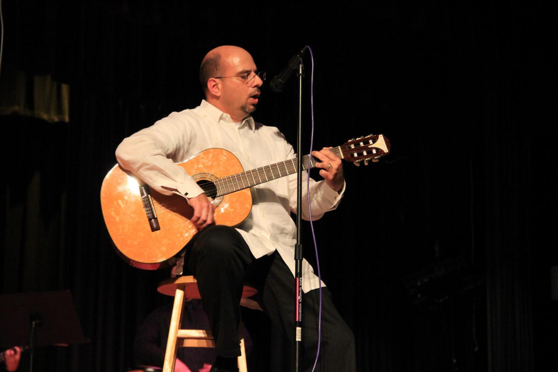 El Sr. Sanchez tocando