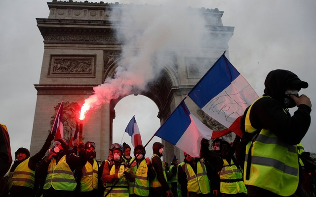 Yellow+Vest+protesters+gather+in+Paris.