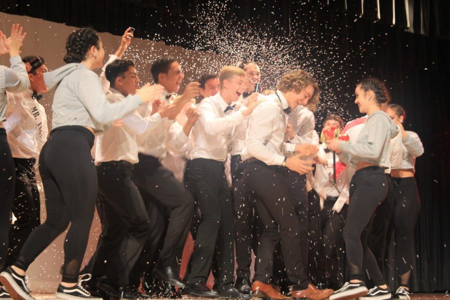 Todos los constantes celebran la victoria de Mr. Activities y Mr. JROTC.
