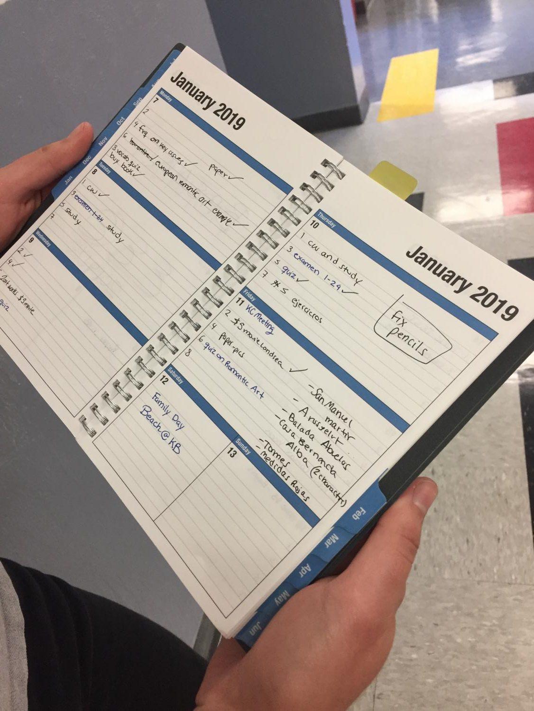 Alumnos en Gables hacen uso de agendas y bullet journals para organizarse y cumpli con sus fechas de entrega.