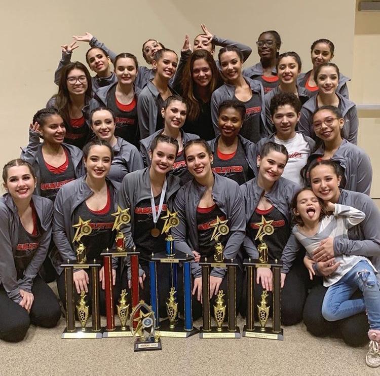 El equipo de Gablettes muestra con orgullo sus trofeos ganados durante la competencia estatal de ADA.