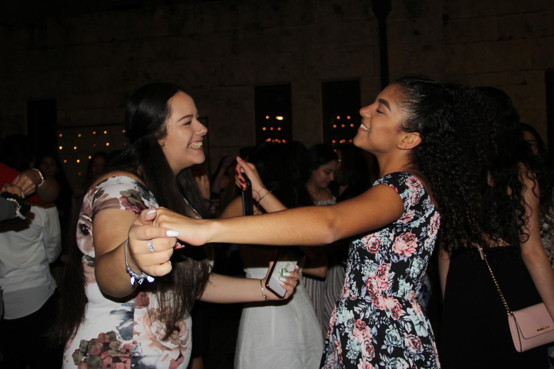 Estudiantes+bailan+y+disfrutan+de+la+m%C3%BAsica.