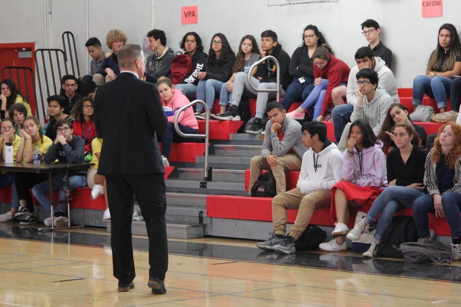 Invitado y psicólogo Scott Galamore les habla a los estudiantes en el evento Politicare.