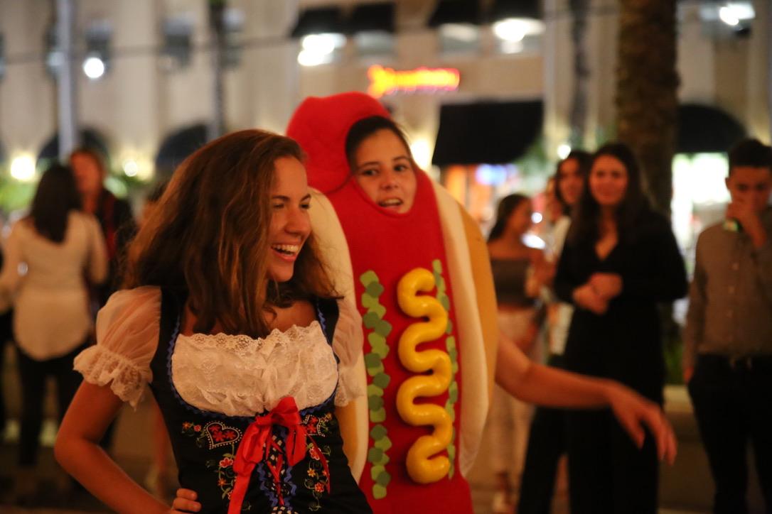 Estudiantes de Gables muestran su orgullo por sus culturas en el desfile de moda.
