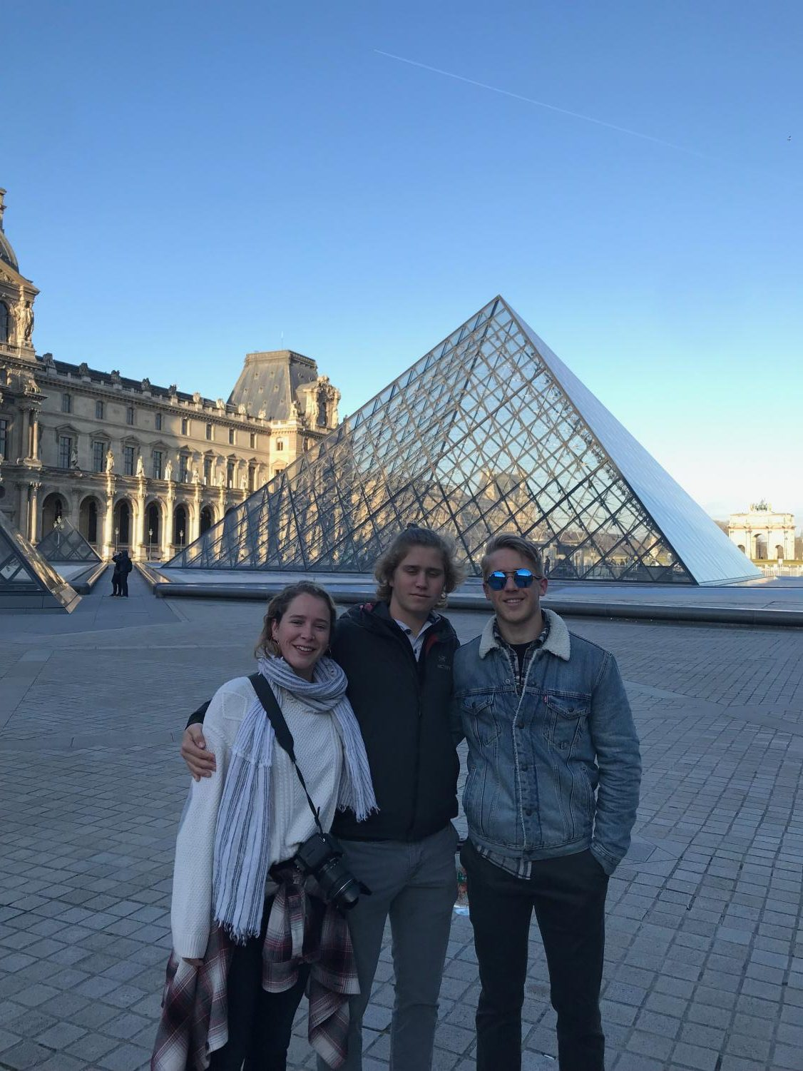 Sutton+with+his+siblings+in+from+of+the+glass+pyramid+at+the+Louvre.