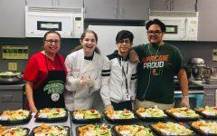 Los estudiantes en el programa de artes culinarias, ayudan diariamente a señoras como Lucía Rodríguez, en la preparación de los almuerzos.