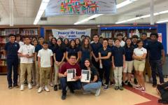 Michaela Torres y Daniel Fernández en el centro de medios en la escuela secundaria Ponce De Leon, con el grupo de niños que presentaron