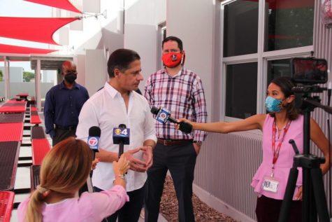 El superintendente Carvalho visita Gables para evaluar la preparación para el regreso de todos los estudiantes a las clases presenciales. La prensa local estuvo allí para entrevistarlo sobre su posición en temas como el mandato de máscara MDCPS.